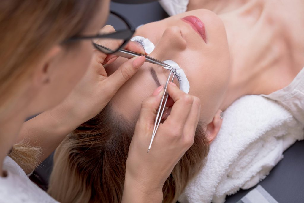 technician doing lash lift